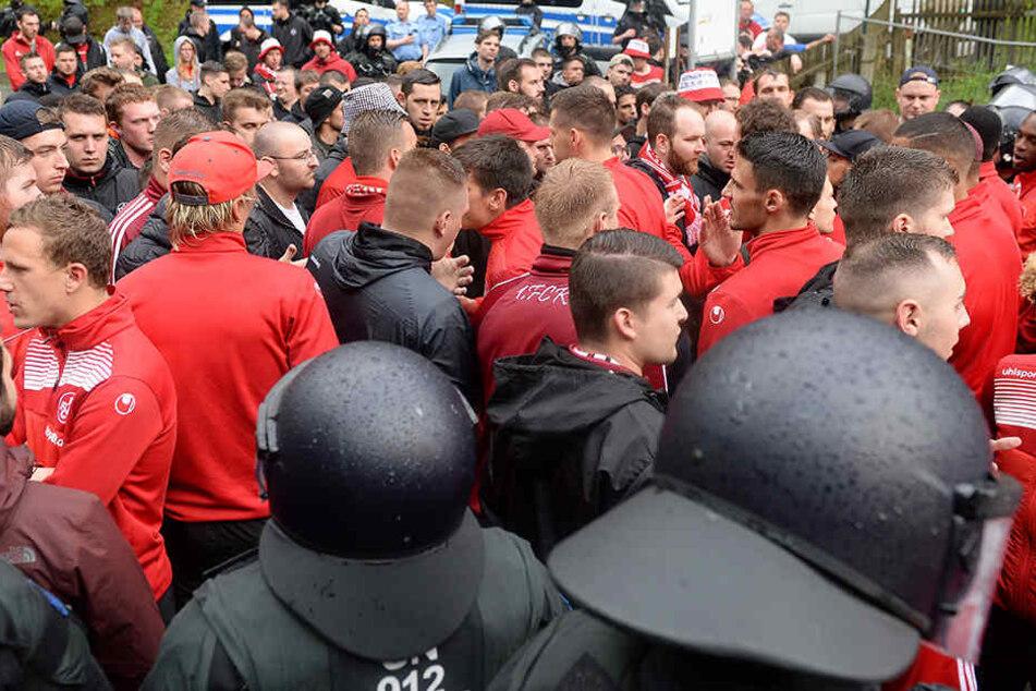 Kaiserslauterns Fans blockieren nach dem Spiel die Ausfahrt aus dem Stadion und stellen die Spieler ihrer Mannschaft zur Rede.