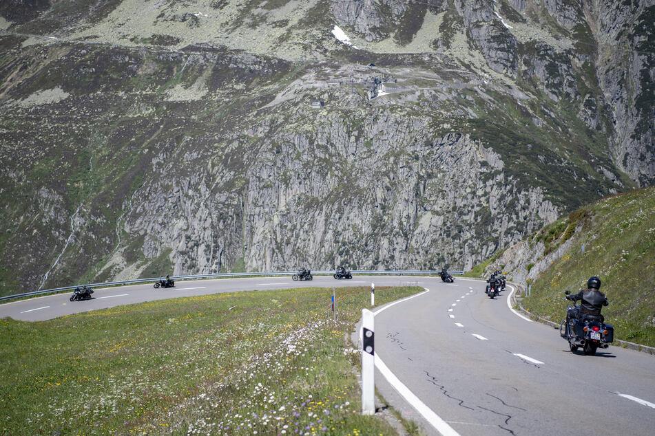 Motorradfahrer fahren bei Sonnenschein über den Oberalppass (Symbolbild).