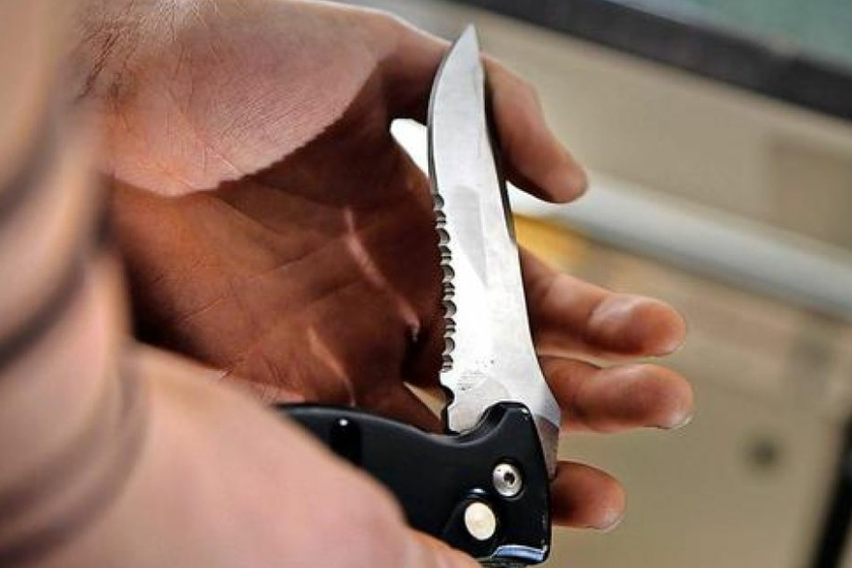 Mit einem Messer stach er fünf mal auf den Friseur ein. (Symbolbild)