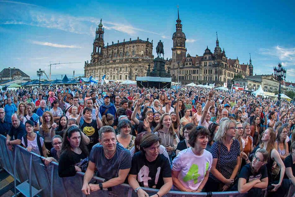 Viele Tausende Stadtfest-Besucher feierten auch auf dem Theaterplatz, hier während eines Auftritts der Sängerin Alexa Feser (39).