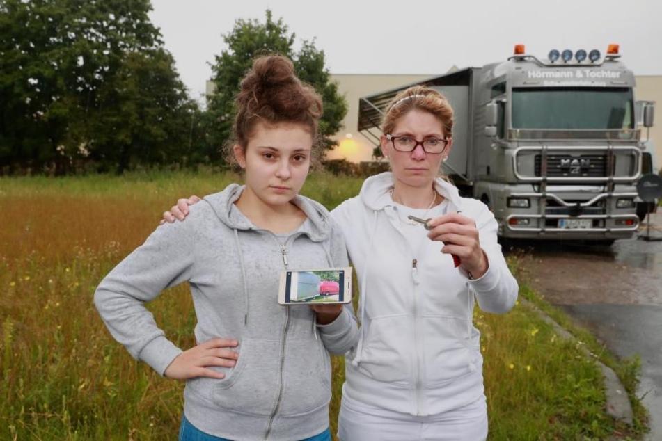 Ein Foto und der Schlüssel - mehr blieb Jeanette (15,l.) und Mutter Jasmin  Hörmann (41) nicht von ihrem Wagen.