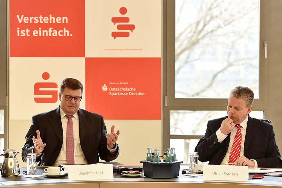 Joachim Hoof sowie Vorstandsmitglied Ulrich Franzen (rechts) bei der Bilanz-Pressekonferenz der Ostsächsischen Sparkasse Dresden.