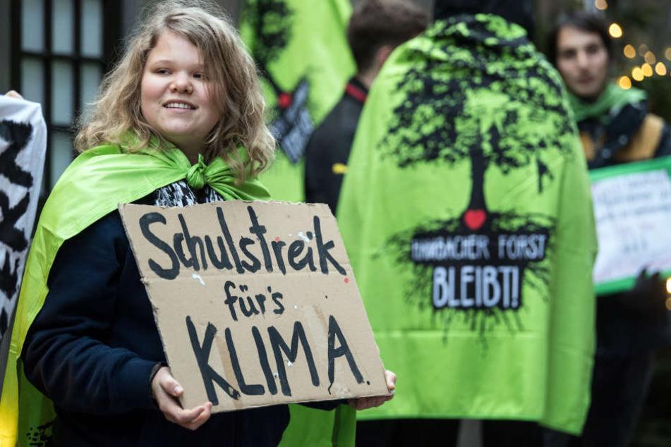 Schülerinnen und Schüler stehen mit Plakaten vor dem Kölner Rathaus.