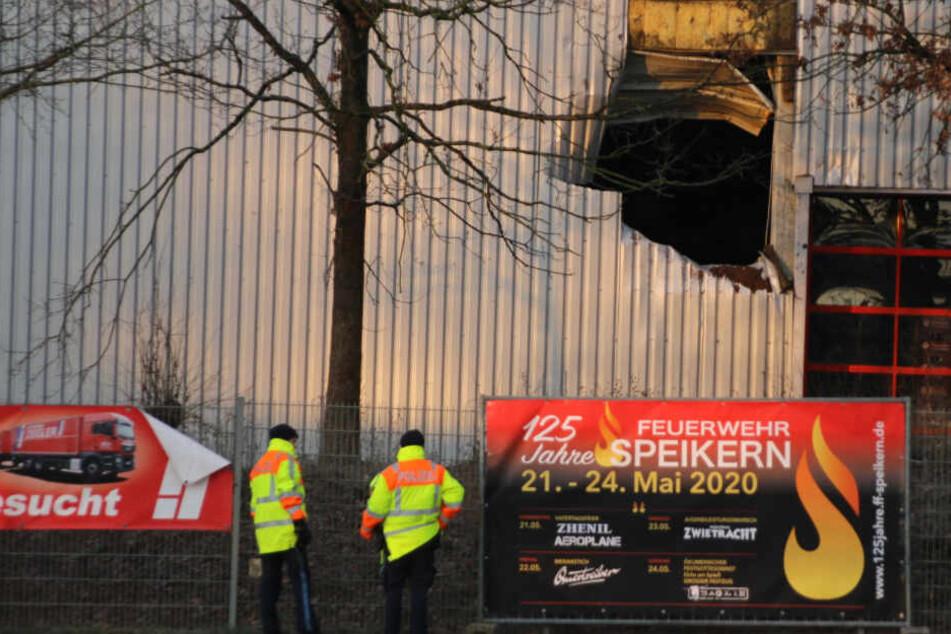 Bei der Flucht vor der Polizei mit einem geraubten Fahrzeug sind im mittelfränkischen Landkreis Nürnberger Land die beiden mutmaßlichen Täter schwer verletzt worden.