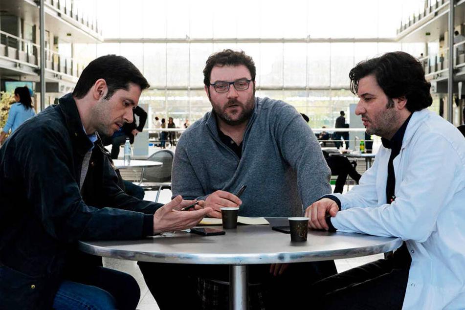 Alexandre Guérin (l., Melvil Poupaud), François Debord (M., Denis Ménochet) und Dr. Gilles Perret (Éric Caravaca) beratschlagen das weitere Vorgehen.