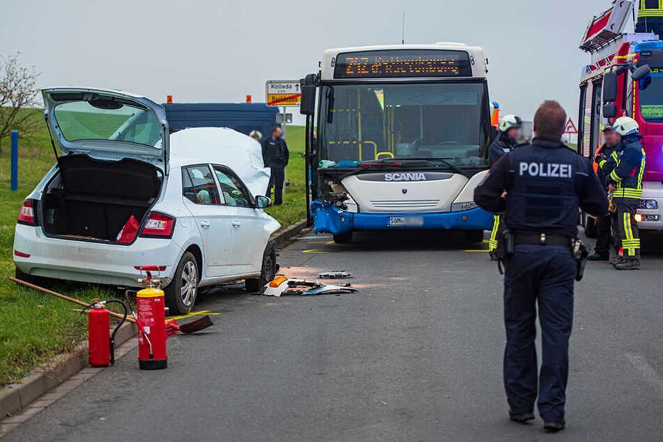 Skoda kracht in Schulbus: Vier Verletzte bei Unfall auf B176
