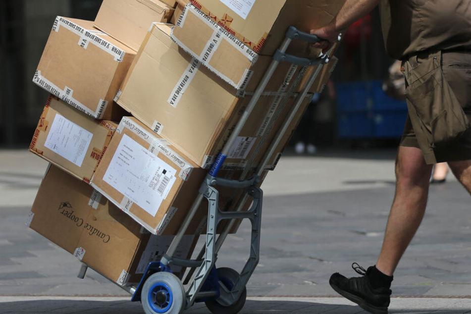 Schwerstarbeit, teilweise weit unter dem Mindestlohn: Gerade Subunternehmen stehen unter Verdacht Paketboten nicht gerecht zu entlohnen. (Symbolbild)