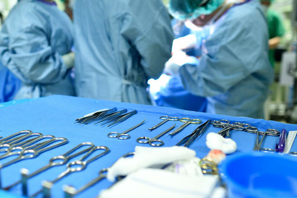 In einer achtstündigen Operation konnte das Ärzteteam den Mann schließlich von seinem Leiden befreien. (Symbolbild)