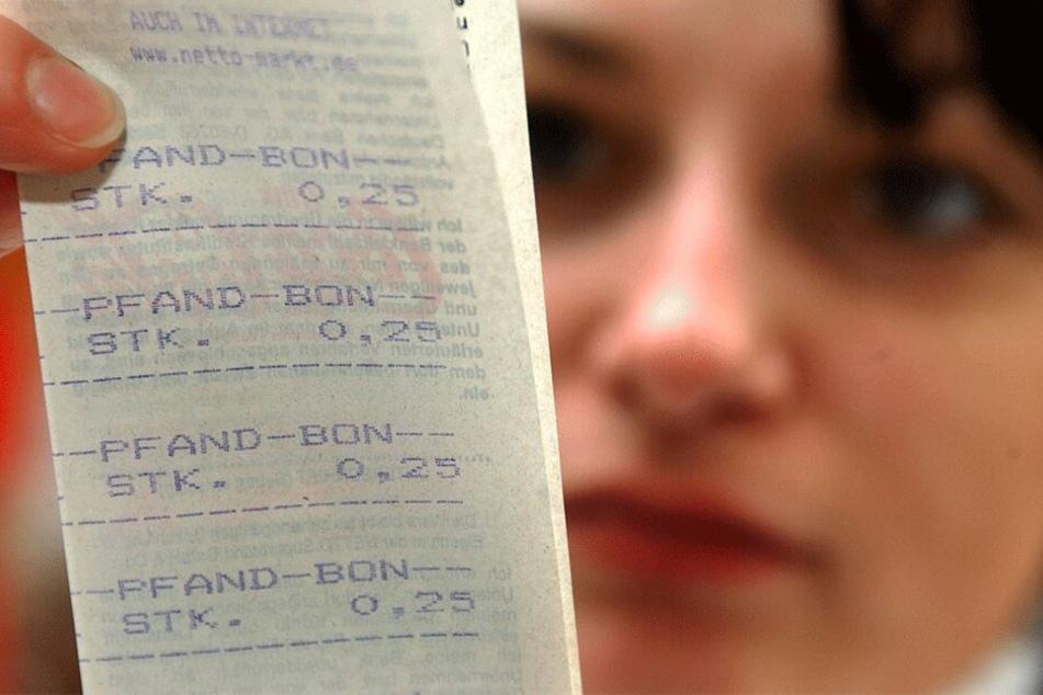 Mit falschen Pfandbons erschlich sich das Pärchen rund 9000 Euro.