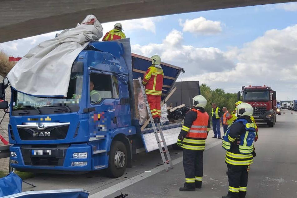 Beim zweiten Lastwagen wurde besonders der Anhänger beschädigt.