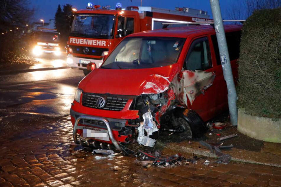 Chemnitz: Kleinbus kracht auf glatter Straße gegen Laterne