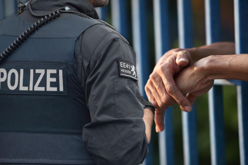 Bundespolizisten sperren verletzten Verdächtigen nackt in Zelle: Ist die Strafe zu milde?