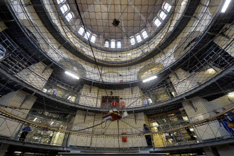 Häftlinge und Vollzugsbeamte stehen im Mittelbau der Justizvollzugsanstalt Moabit. (Archivbild)