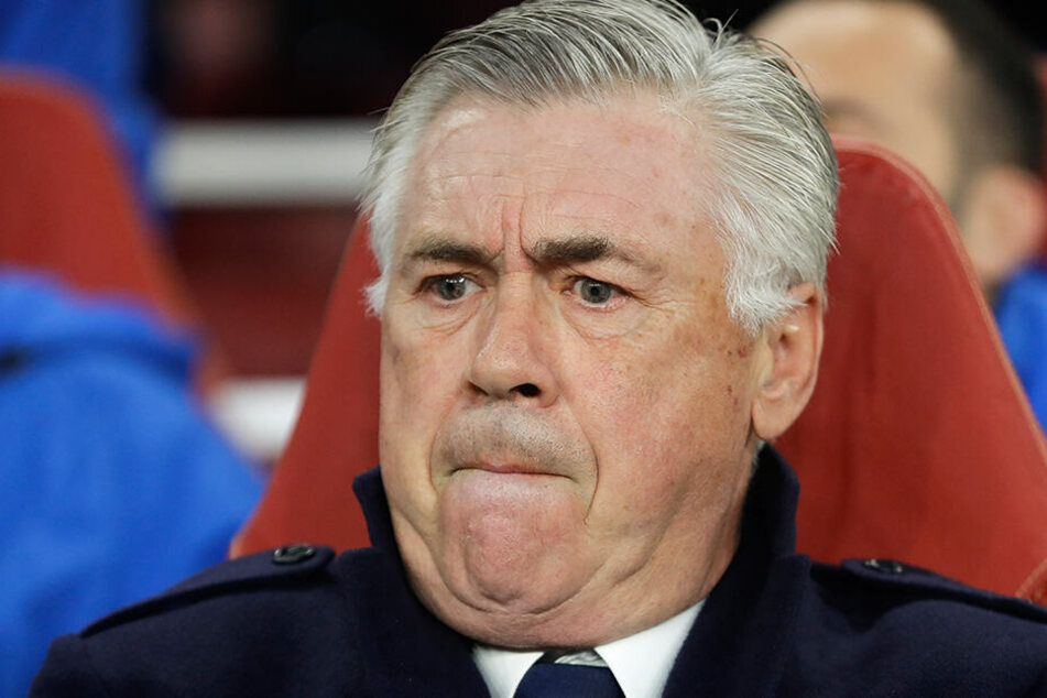 Carlo Ancelotti ist mit dem Arbeitstempo der Baufirma alles andere als zufrieden. Ob ihm letztlich die Krawatte platzt, bleibt abzuwarten.