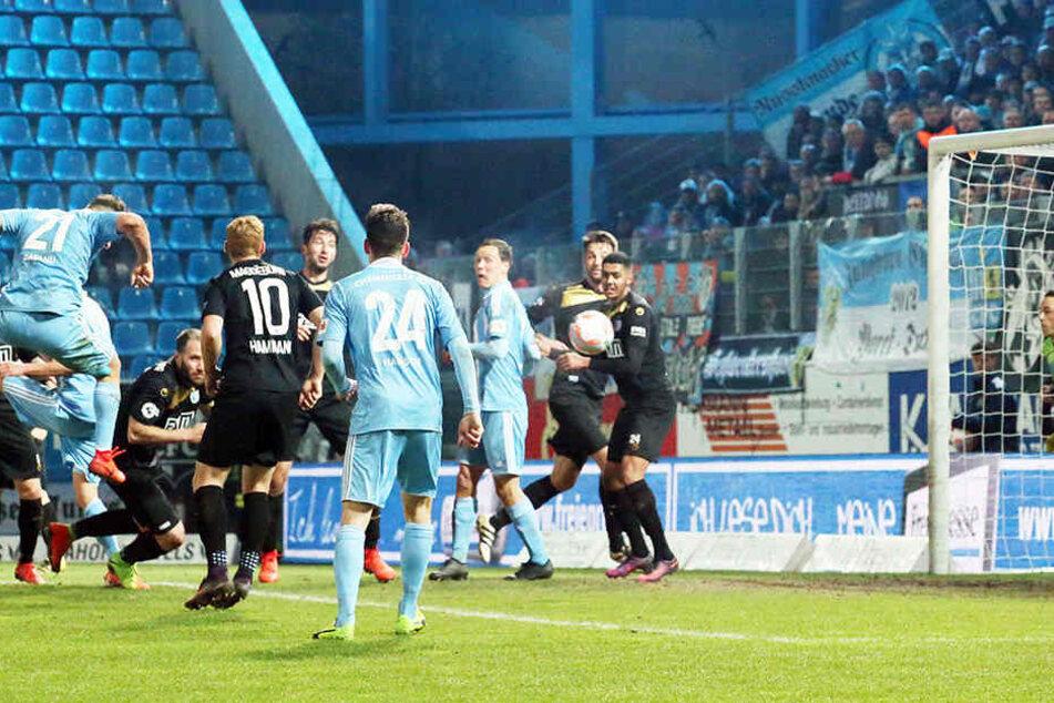 Nach dem ersten Eckball der Chemnitzer platzierte Berkay Dabanli (l./Nr. 21) seinen Kopfball unhaltbar im Netz der Magdeburger.