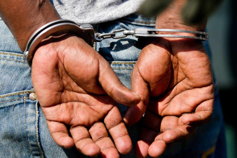 Bundespolizei öffnet Chipsdose, sofort klicken die Handschellen