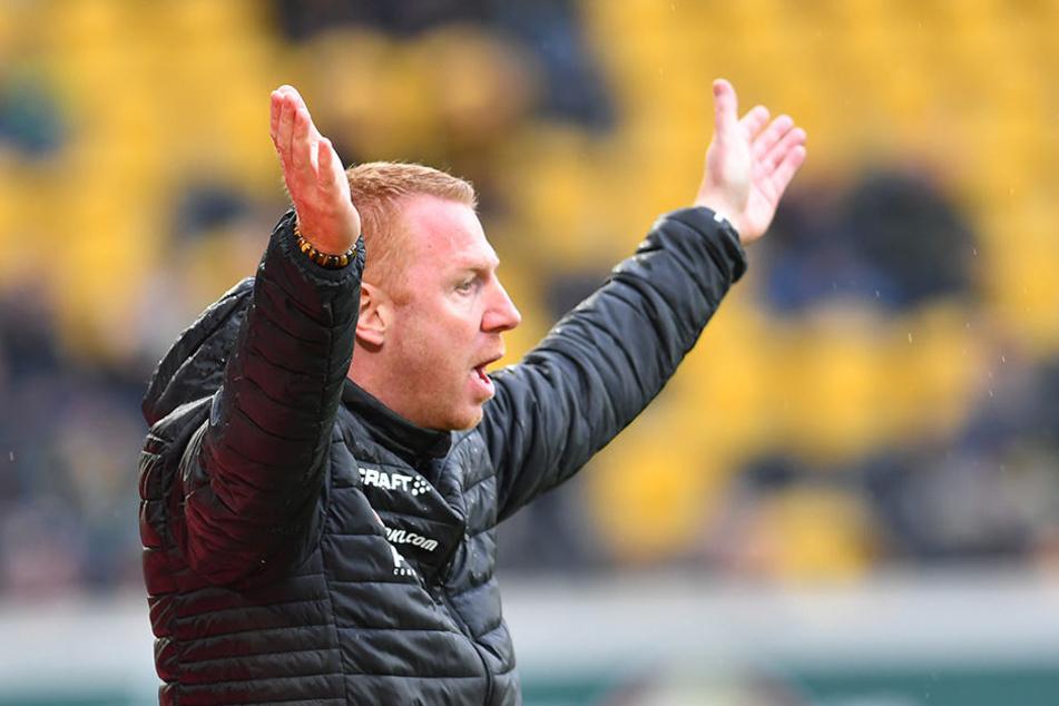 Dynamo-Coach Maik Walpurgis hob frustriert die Hände. Die Leistung seiner Mannschaft gegen Kiel war ein echter Rückschritt.