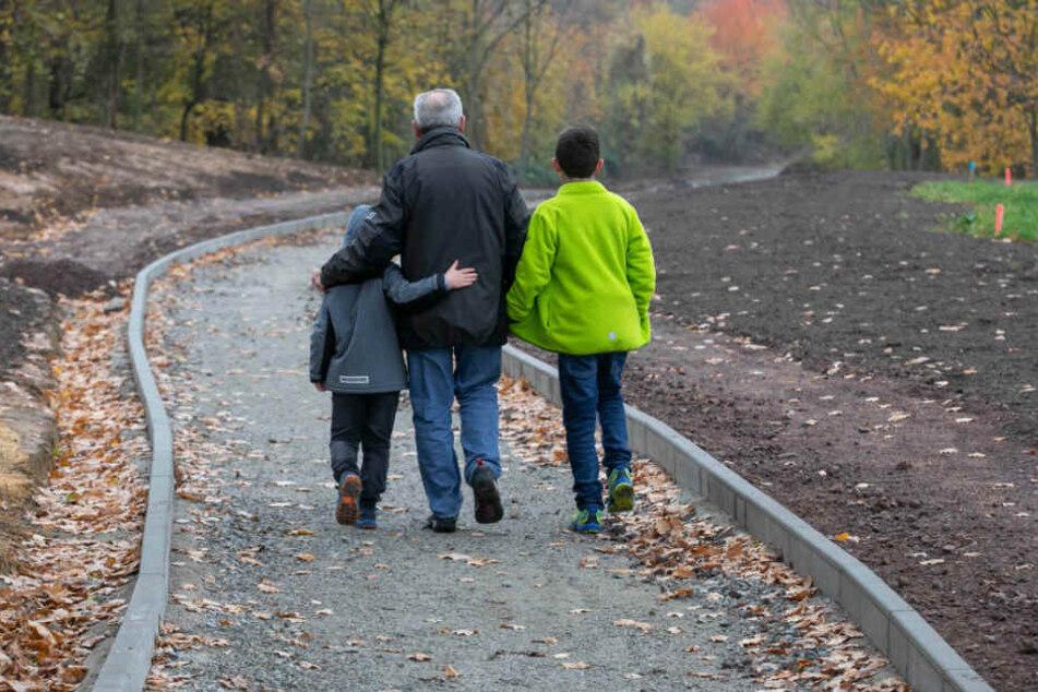 Trotz unfertiger Wege zieht der Südpark bereits Spaziergänger an.