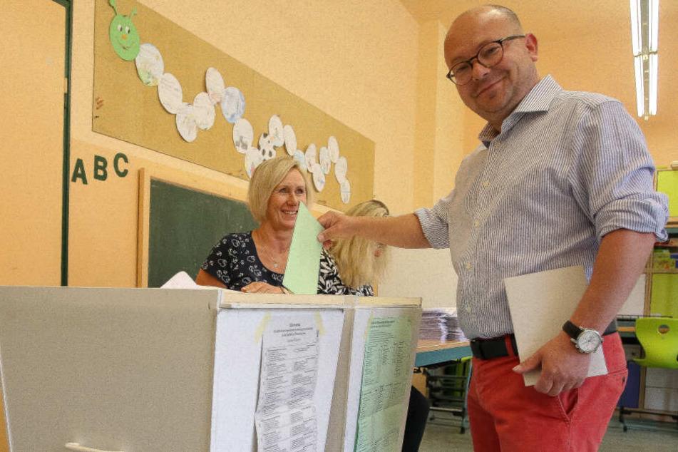 FDP-Bundestagsabgeordneter Frank Müller-Rosentritt gibt in der Grundschule Schönau seine Stimme für die Kommunalwahl ab.