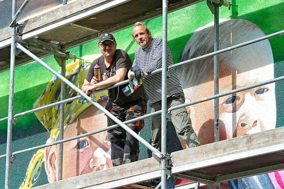 Sponsor Udo Friedrich (l.) hat den bekannten Künstler beauftragt.
