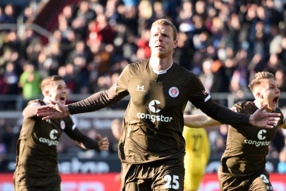 St. Paulis Stürmer Henk Veerman jubelt über einen seiner Treffer.