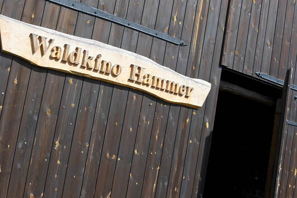 In die riesige Scheune auf dem Gelände der Oberförsterei zieht es durchschnittlich 120 Besucher pro Abend, wie Ness erläuterte.