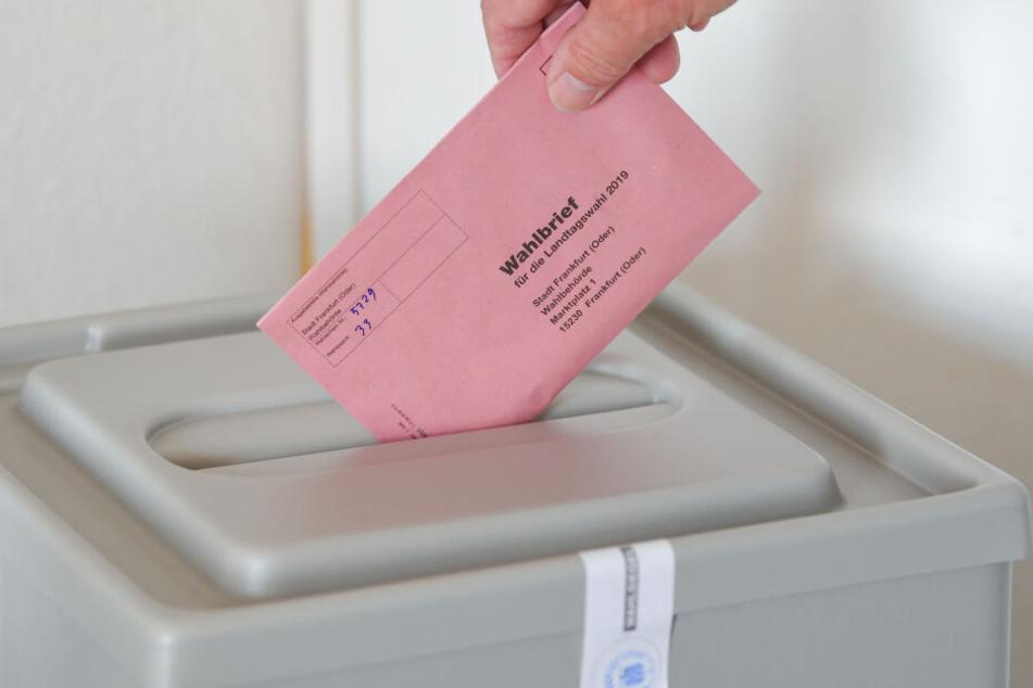 In Sachsen wird am 1. September ein neues Parlament gewählt. Bereits im Vorfeld ist die Wahl - wie hier in Frankfurt zu sehen - per Wahlbrief möglich.
