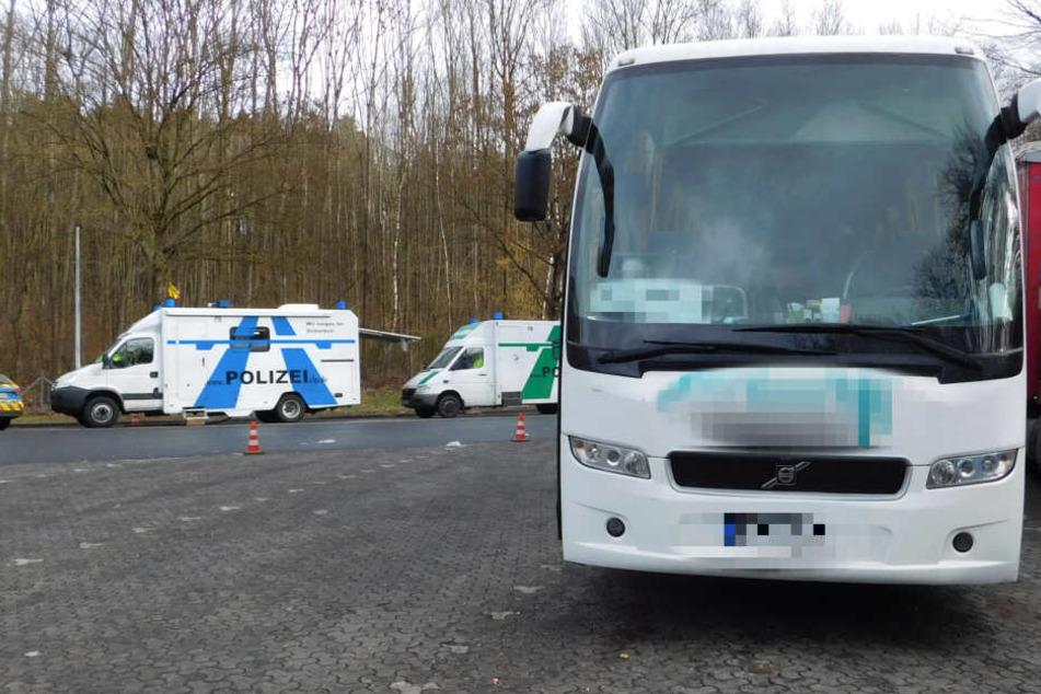 Polizei stoppt Reisebus: Ein Blick unter das Fahrzeug macht Beamte sprachlos