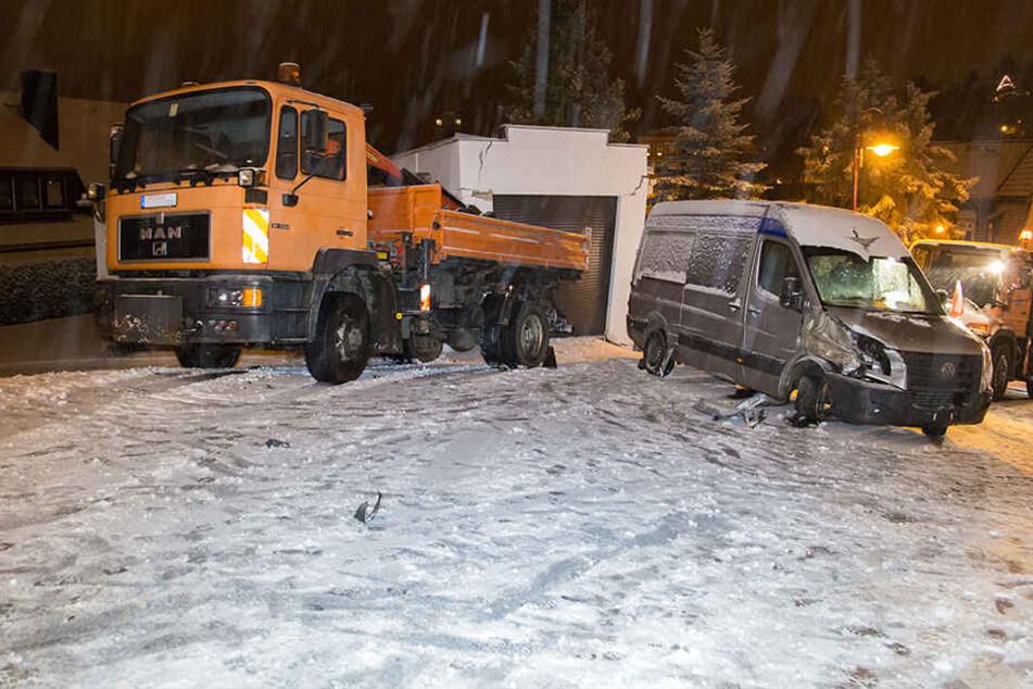 Der Laster war gegen die Garage geschlittert, daneben steht der demolierte Transporter.