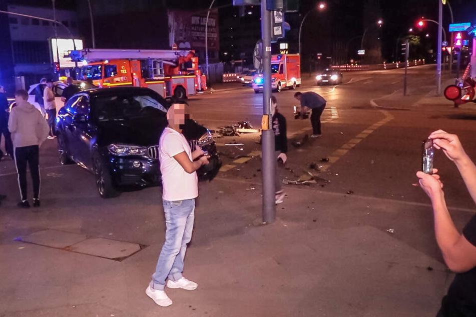 Ein Gaffer lässt sich von einem anderen Mann vor der Unfallstelle fotografieren.