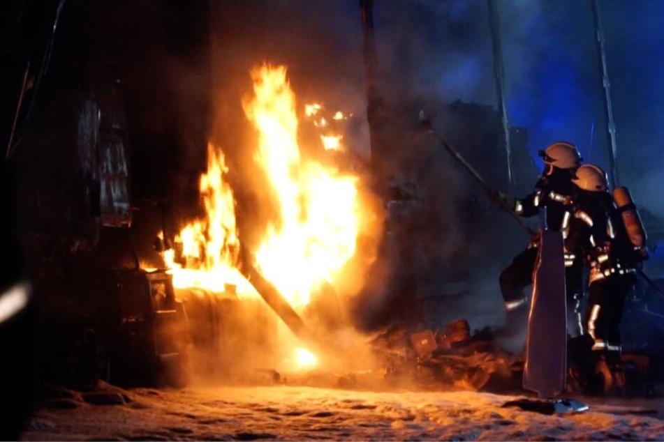 Der Screenshot aus einem Video zeigt Feuerwehrleute beim Löschen eines brennenden Lastwagens auf der Autobahn 1 im Landkreis Oldenburg. Der 44 Jahre alte Lasterfahrer sei mit seinem LKW nahezu ungebremst auf ein beleuchtetes Baustellenfahrzeug aufgefahren