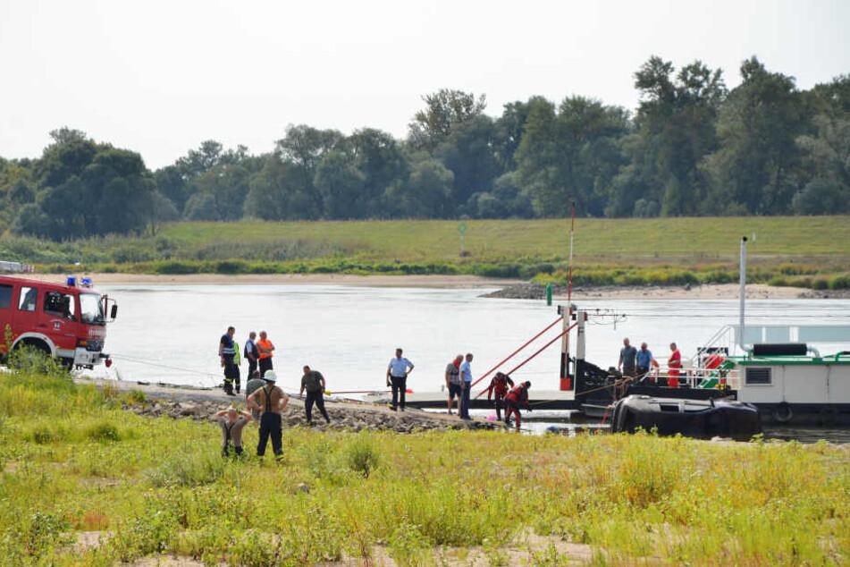 Die Beamten in Sachsen-Anhalt zogen ein Fahrzeug aus der Elbe. Darin war eine Leiche eingeschlossen.
