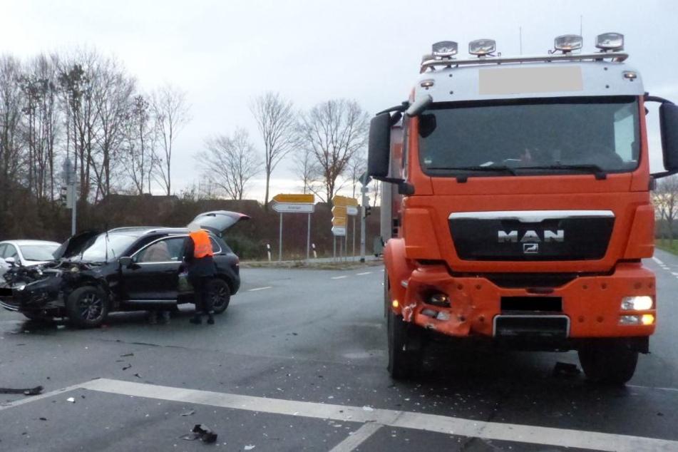 Bei Rot gefahren? Lkw kracht in VW und verletzt Fahrer