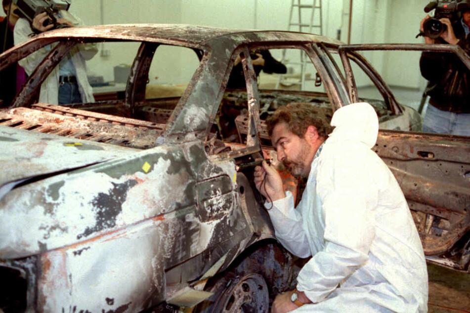 Der ausgebrannte Dienstwagen der beiden erschossenen Holzmindener Polizisten wird von Experten des Bundeskrimalamtes in Mainz auf Spuren untersucht.