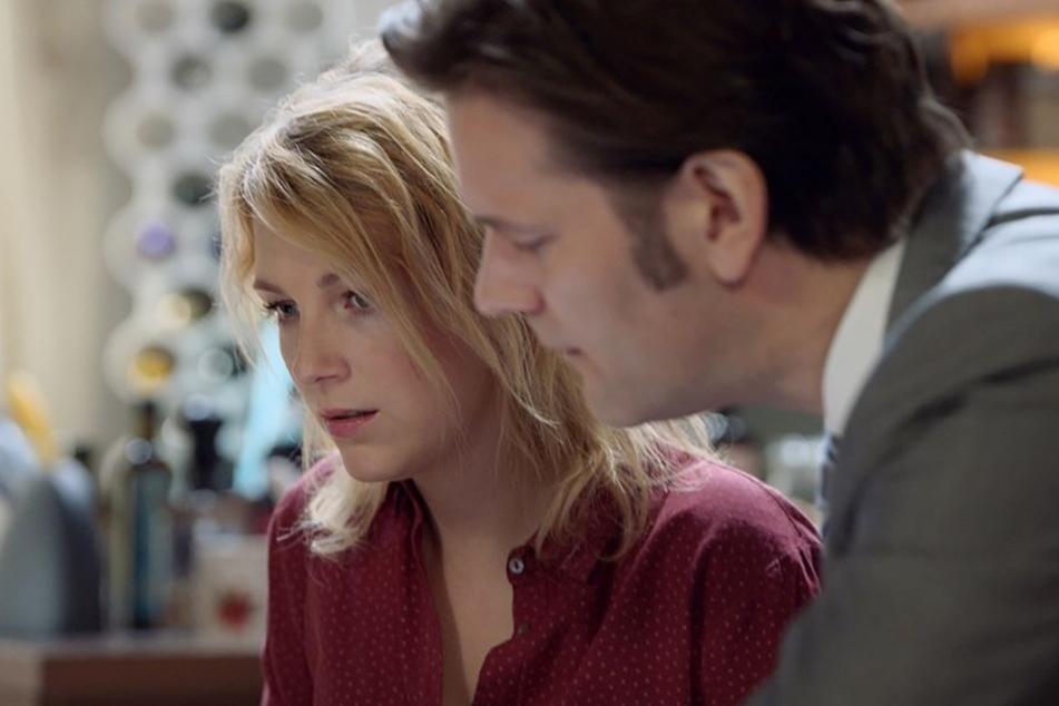 Lilly Seefeld (Iris Mareike Steen) wird von ihrem Doktorvater Dr. Brückner belästigt.