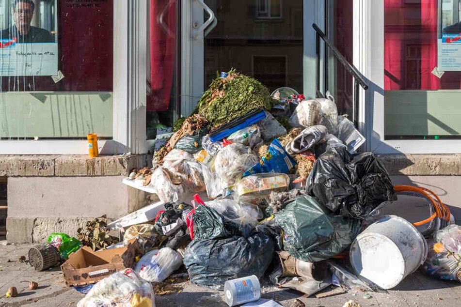 Meterhoch stapelt sich der Müll am neuen AfD-Treff in Weimar.