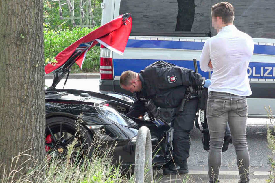 Ein Polizeibeamter durchsucht ein Auto des Hochzeitskorsos.