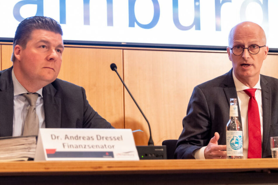 Peter Tschentscher (SPD, rechts) und Andreas Dressel (SPD) sprechen während der Landespressekonferenz im Rathaus.