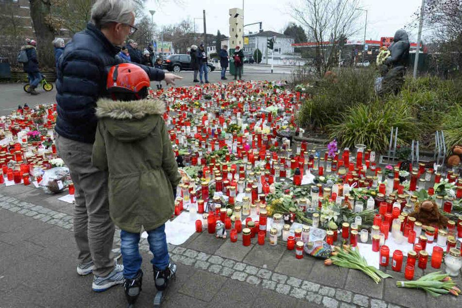 Nach dem tödlichen Feuer im Zoo Krefeld hatten viele Menschen Kerzen am Zoo abgestellt.