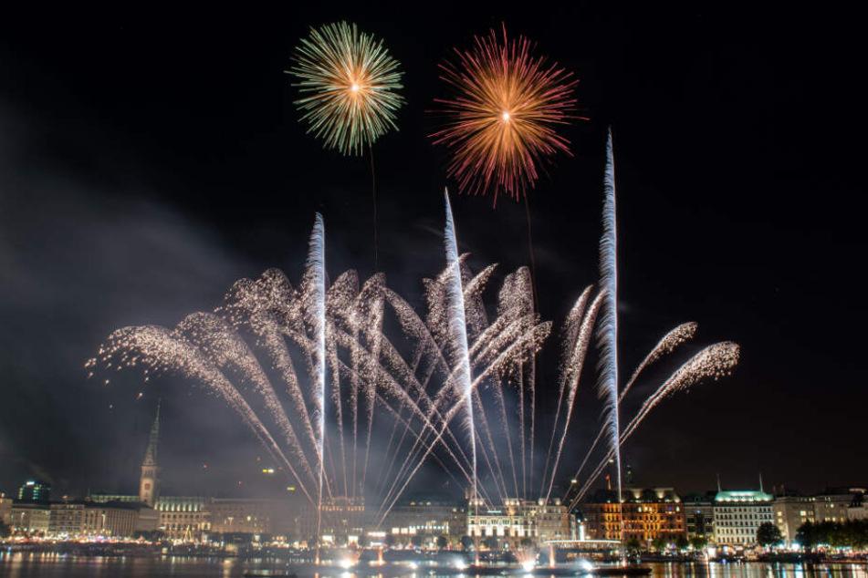 Feuerwerk beim Alstervergnügen erhellt den Himmel über Hamburg. (Archivbild)