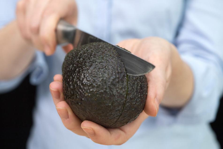 Eine Avocado so aufzuschneiden, kann ganz schön gefährlich werden.