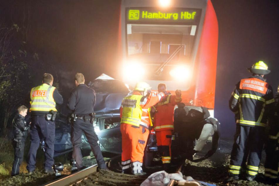 Tödlicher Unfall am Bahnübergang: Zug schleift Auto Hunderte Meter weit