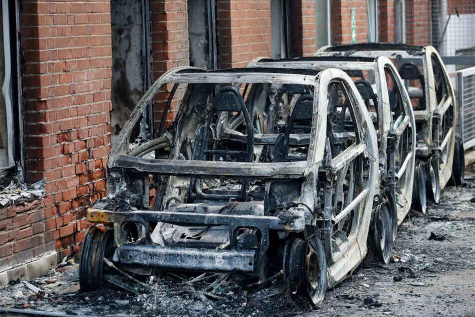 Die Werbeautos der AfD brannten komplett aus.