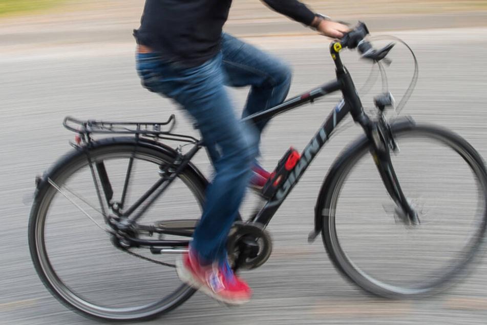 Polizisten hören dumpfen Knall: Radfahrer bei Sturz verletzt, Grund macht sprachlos