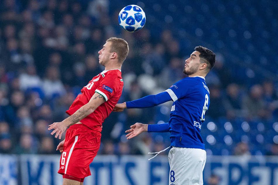 Moskaus Dmitri Barinow (l.) im Kopfballduell gegen Schalkes Suat Serdar.