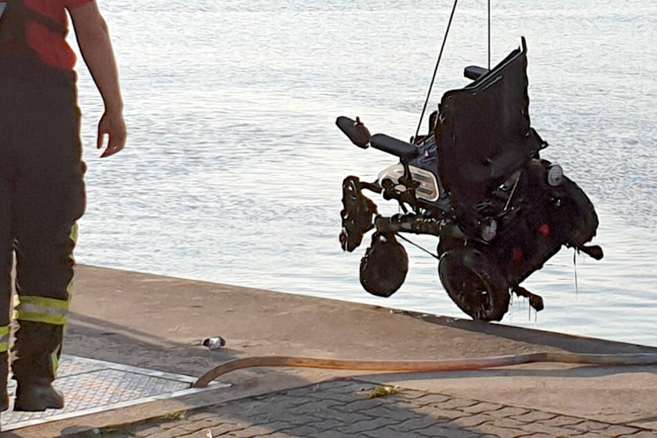Schreck an der Ostsee: Rollstuhlfahrer kippt in Hafenbecken