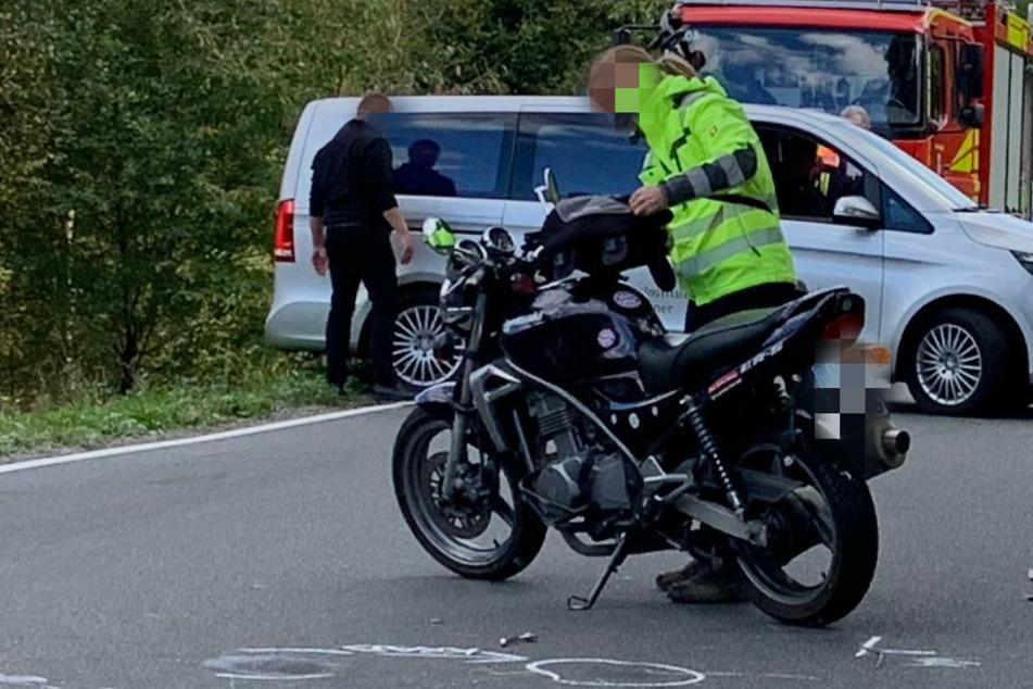 Motorrad kracht in Auto und wird von Bus überrollt: Fahrer sofort tot