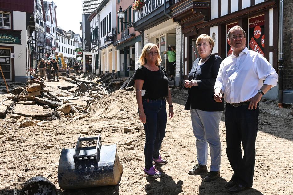 Armin Laschet (60, CDU) und Kanzlerin Angela Merkel (67, CDU, M.) sprachen im Stadtteil Iversheim in Bad Münstereifel mit Bürgermeisterin Sabine Preiser-Marian (50, l.).