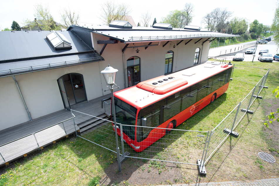 Nächster Halt: Corona-Impfung! Der rote Impfbus des DRK Sachsen vor dem Kleinbahnhof in Wilsdruff.