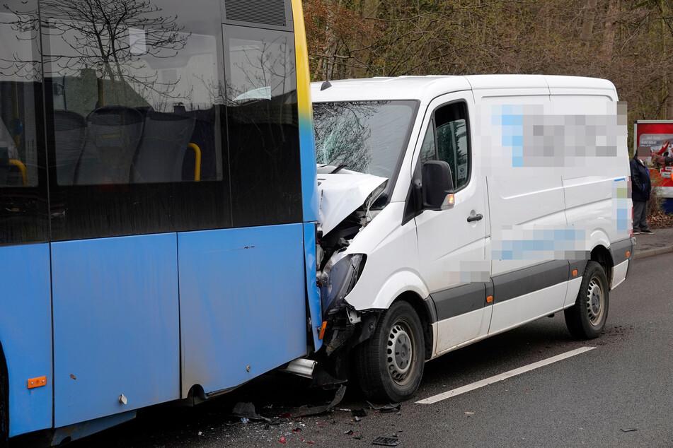 Paket-Transporter kracht in Bus: Auffahrunfall in Chemnitz
